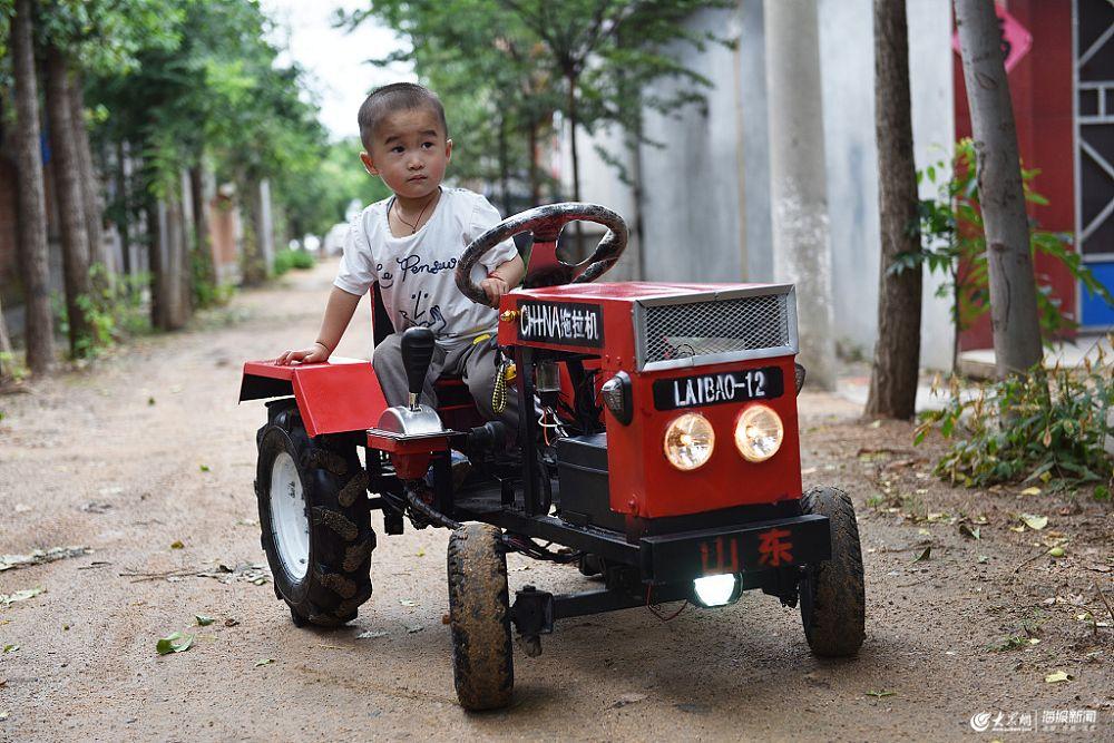 """日照:3岁儿子生日 爸爸造""""迷你拖拉机""""当礼物"""