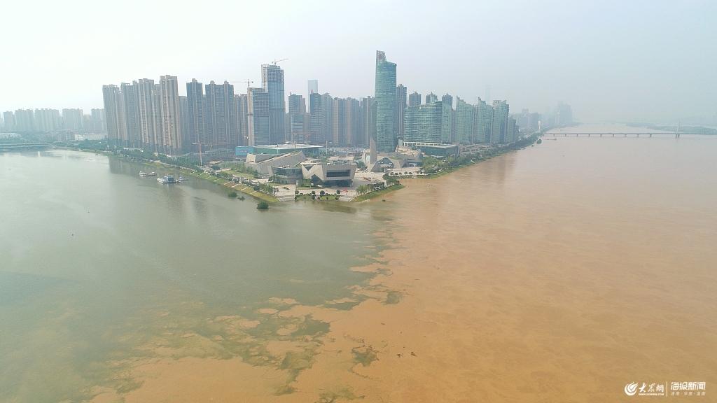 """史上最大流量洪峰过境长沙 浏阳河湘江交汇处现""""鸳鸯锅"""""""