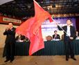 李群向采访团代表授旗
