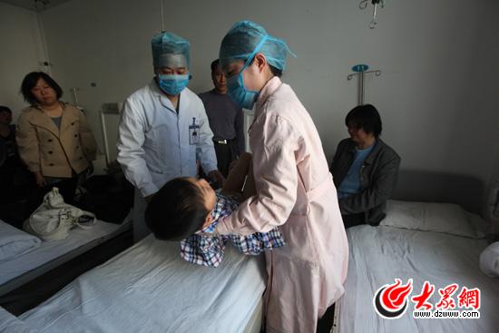 45分,小永康被医护人员推进手术室