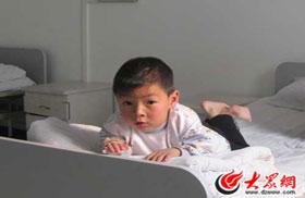 五岁的尹永康在病床上