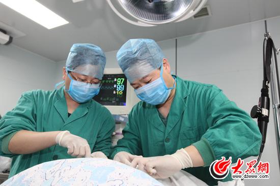7:55:医生为小永康注射双腔针