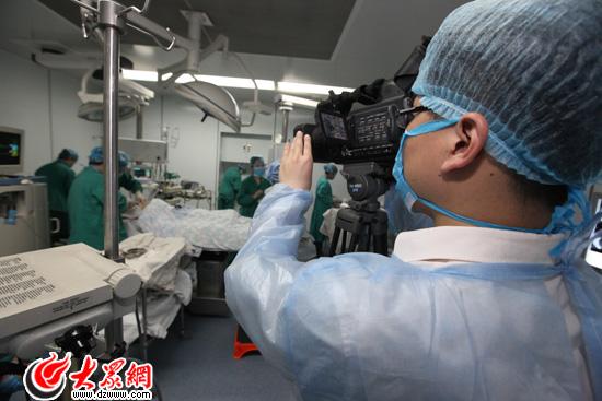 8:00:记者视频直播手术过程