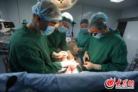11:56:心脏的手术已顺利完成,正对胸腔进行闭合
