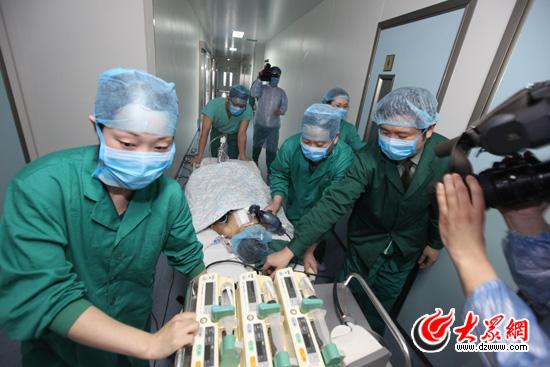 12时许,手术顺利结束,小永康被推往监护室
