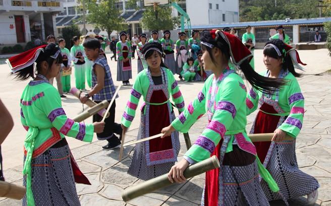 黄果树中学的学生表演布依舞蹈