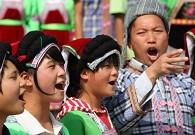 伍江教学生们唱布依族民歌