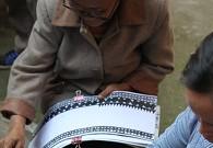 布依石板寨中的妇女几乎人人都从事传统的蜡染