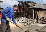 一户布依人家在翻盖老房子