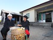81岁的德昂族老人李腊翁与老伴