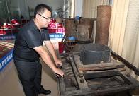 德昂族传统的木制揉茶机