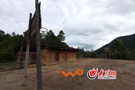 曾经教村里孩子读书的校舍和操场已经废弃