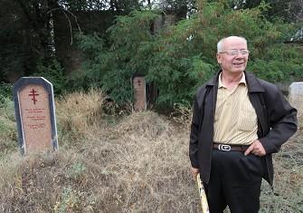 安德列站在父母的墓前有些怅然