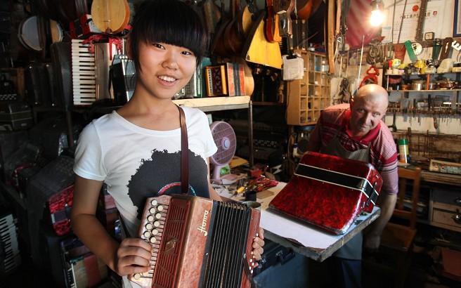 小记者对俄罗斯传统乐器非常感兴趣