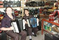 9年前亚历山大在手风琴修理铺里快乐地演唱