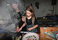 伊万诺维奇小女儿为我们煎虾片