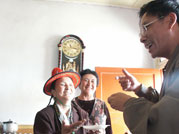杜桂英大妈向客人敬酒