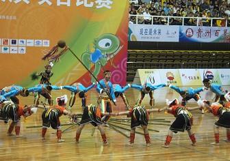 高荣华带队在运动会上表演高山族舞蹈