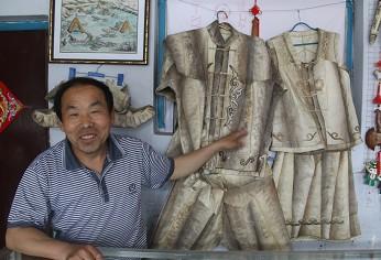 孙玉林介绍自己制作的鱼皮衣