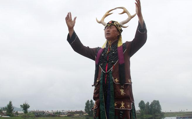 吴宝臣表演赫哲族的伊玛堪