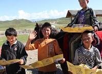 哈萨克族孩子的童年都是在马背上度过的