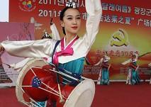 朝鲜族姑娘在表演长鼓舞
