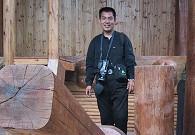 十年前,施晓亮在山官房前脚踩古式舂米机