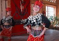 10年前景颇族美女跳起民族舞蹈