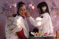 用棉线剪面的京族妇女