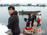 施晓亮拍摄的京族渔民穿上潜水服准备出海挖海