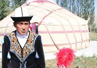 身穿民族服装的柯尔克孜族男女