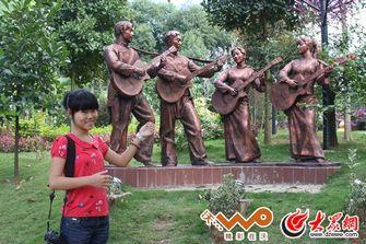 澜沧县的城市雕塑全部以民族文化为主题
