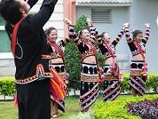 拉祜族青年在弹唱拉祜传统歌舞