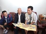 施晓亮与拉祜族文化老人胡开贵交谈