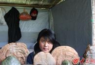 珞巴人在兜售自己采集的木灵芝