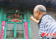 赵朝勋向记者介绍满族老民居
