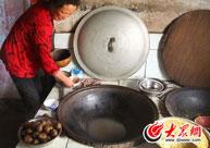 满族人家在用火灶煮土豆
