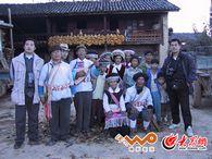 施晓亮采访傈僳族与当地居民的合影