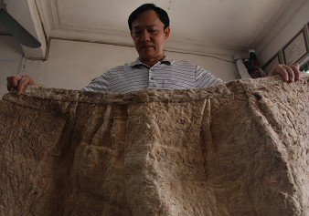 王呈给记者展示树皮衣筒裙