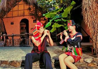 黎族青年男女互相吹奏乐器传达感情