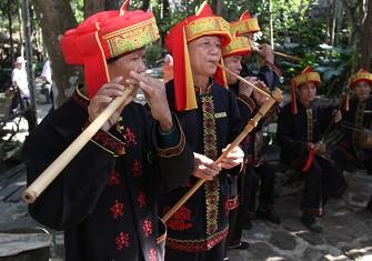 演奏黎族竹木乐器的演奏队