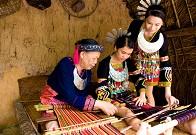 很多年轻人喜欢上本民族的手工艺技术