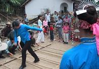 跳竹竿是黎族人最喜欢的娱乐活动