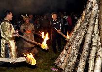 鄂伦春族代表点燃篝火
