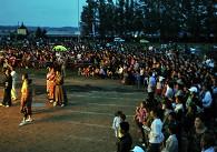 乡亲们赶到诺敏镇观看篝火晚会