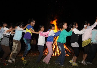孩子们在篝火前跳起兔子舞