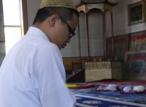 马浩然在清真大寺中咏诵《古兰经》