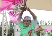 表演民族舞蹈的回族姑娘