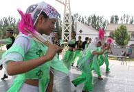一群回族姑娘在翩翩起舞