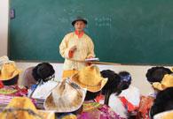 老师正在教孩子们普米语